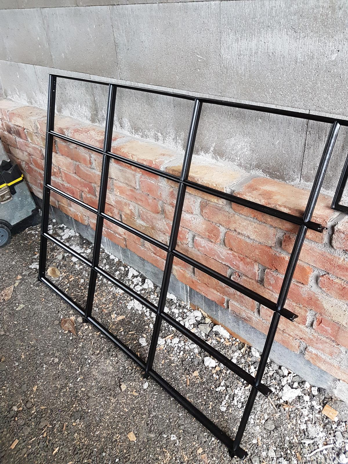 Garážové stánie - projekt r. 2017 - Tunning garažoveho pristrešku.  Okno z Brna. Zo 100 ročneho domu. Kupene cez Bazar, zaplateny hodinovy manžel v Brne aby mi ho z domu vybuchal, zaplatena prepravka ktora mi ho doručila a po ceste rozbila, opieskovane, v lakovni na čierno nastriekane