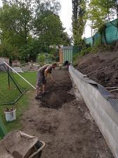 Tretia rada hotova. Upravujeme teren. Bude treba ešte obložiť múrik tehlami ale to počká. Prioritou je drevník.