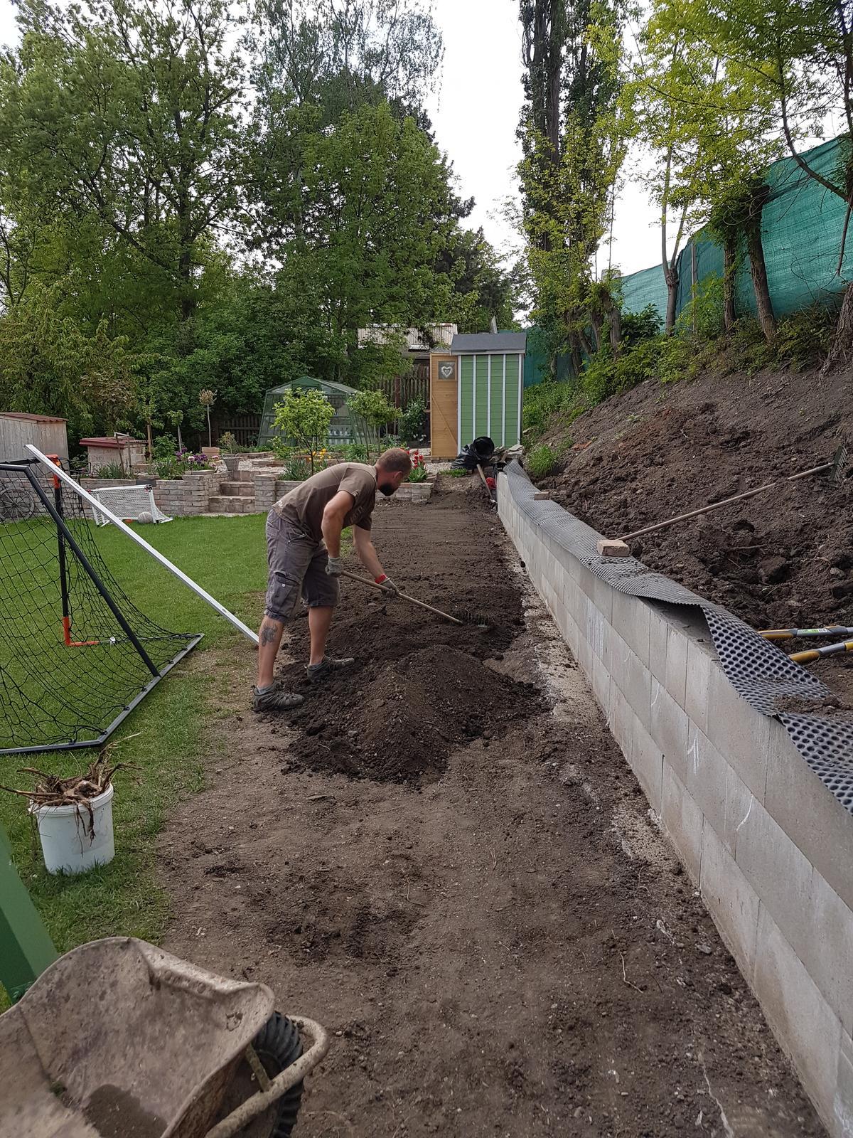 Drevník a kafé kútik - projekt roku  2018 - Tretia rada hotova. Upravujeme teren. Bude treba ešte obložiť múrik tehlami ale to počká. Prioritou je drevník.