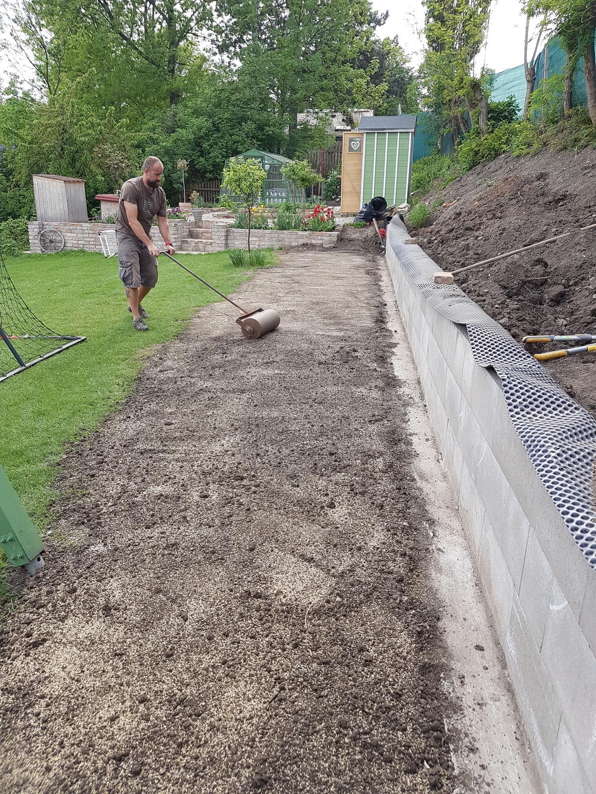Drevník a kafé kútik - projekt roku  2018 - Zasiata tráva.