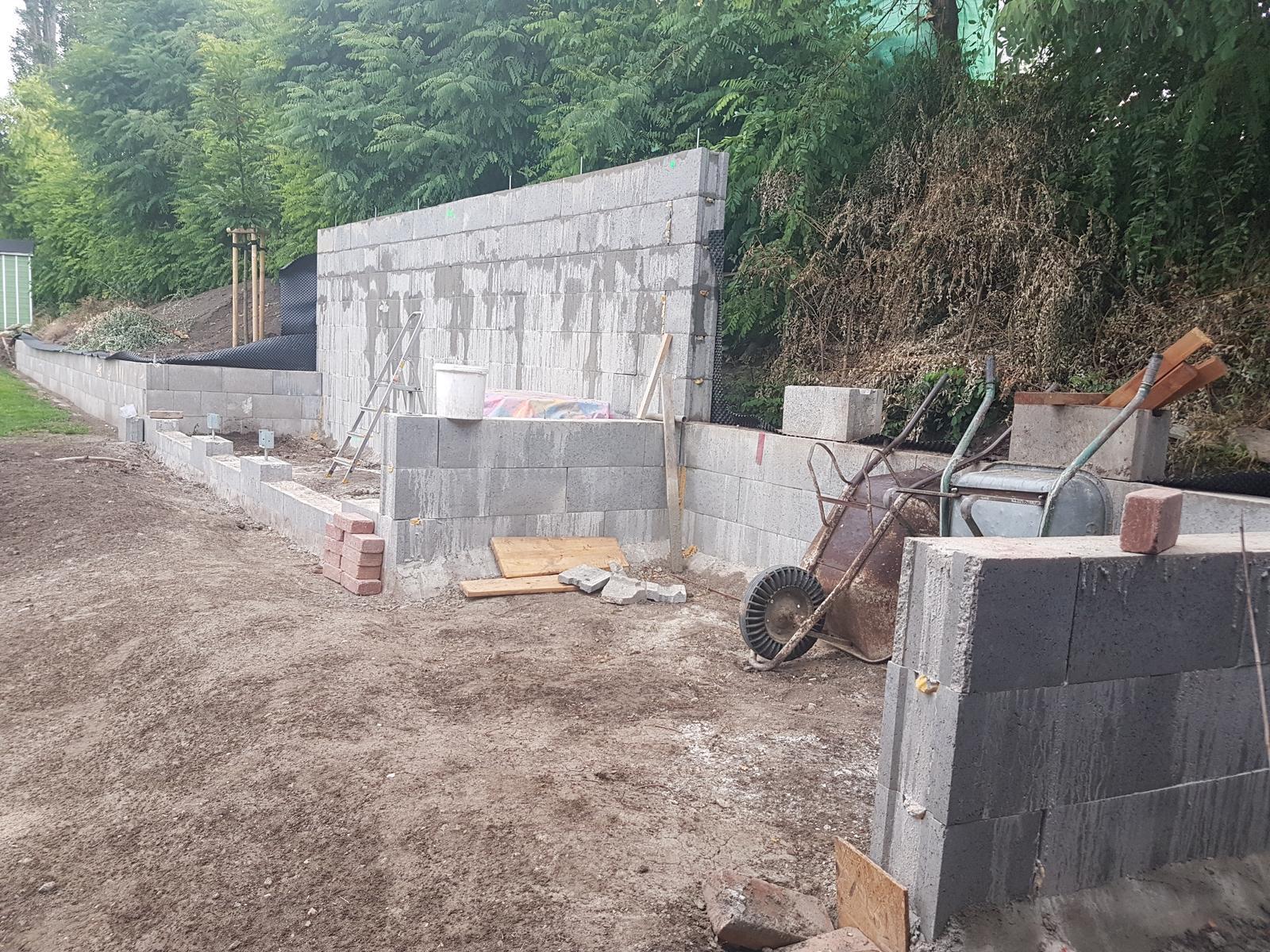 Drevník a kafé kútik - projekt roku  2018 - Dobetónované! Sme všade na konečných výškach. Najnudnejšia časť výstavby je skončená a teraz začne tá krajšia časť- drevá, zeleň, dlažba a tunning :-)