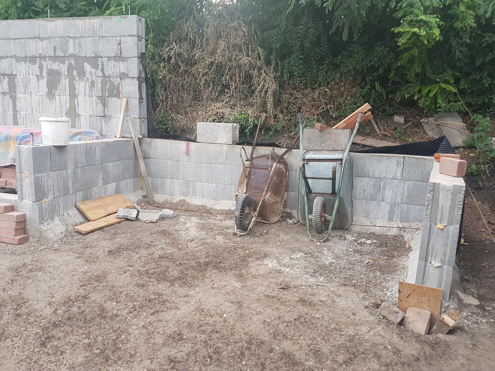 Drevník a kafé kútik - projekt roku  2018 - Pohľad na budúci kafe kútik. Už stačí len ,, kočičie hlavy, strom, obložiť tehlou stenu, stolík a židle, vyčistiť svah a osadiť ho - no proste brnkačka... :-)))))