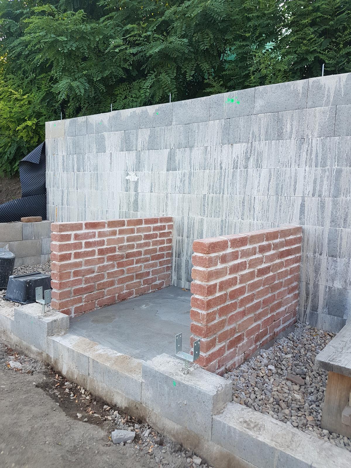 Drevník a kafé kútik - projekt roku  2018 - Muriky sú na konečnej výške a stred je vyliaty betónom.