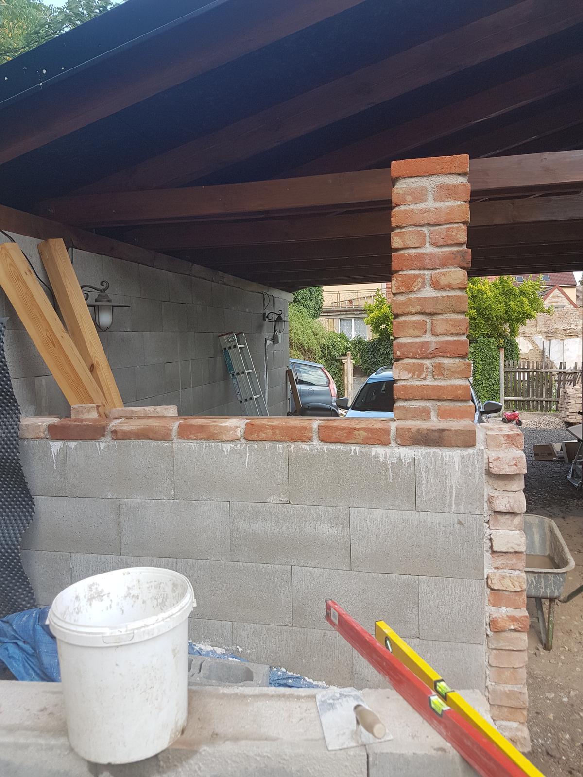 Garážové stánie - projekt r. 2017 - Stĺpik hotovy. Keď zatvrdne dáme a zafixujeme okno a začneme ho domurovávať.