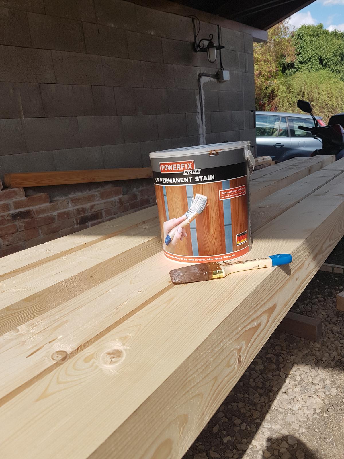 Drevník a kafé kútik - projekt roku  2018 - Mame drevo na drevník! Môžme pokračovať! Natieračske práce zahájené.