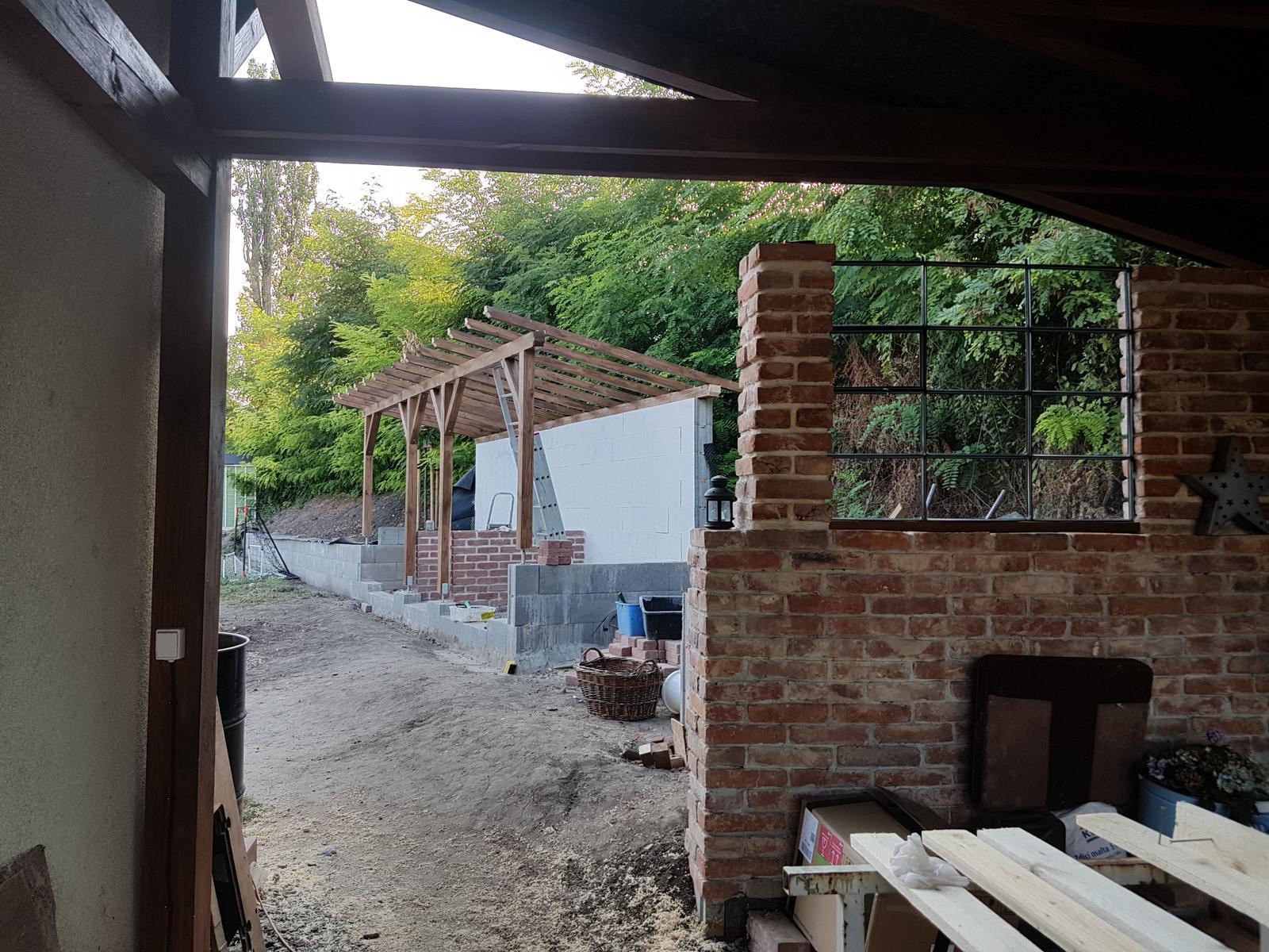 Drevník a kafé kútik - projekt roku  2018 - Krémova stena nech nemusíme čumieť na stratené bednenie.