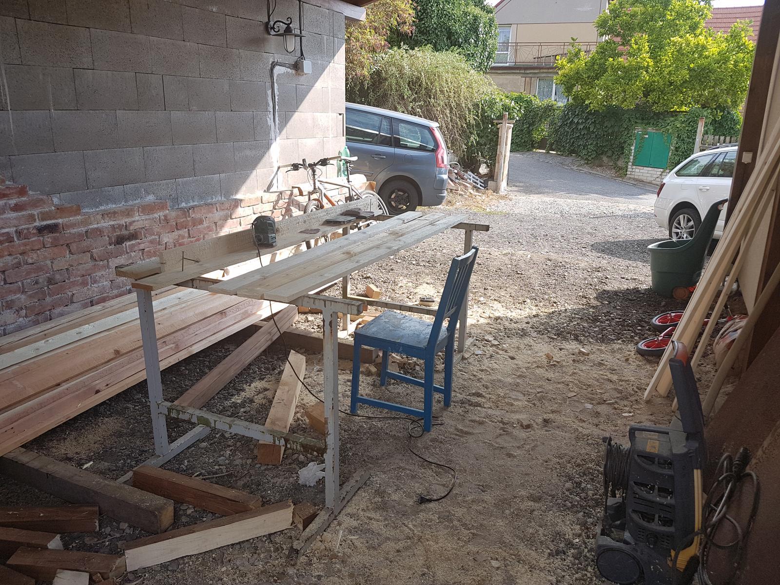 Drevník a kafé kútik - projekt roku  2018 - Dielňa, brúsime dosky na koje v drevniku.