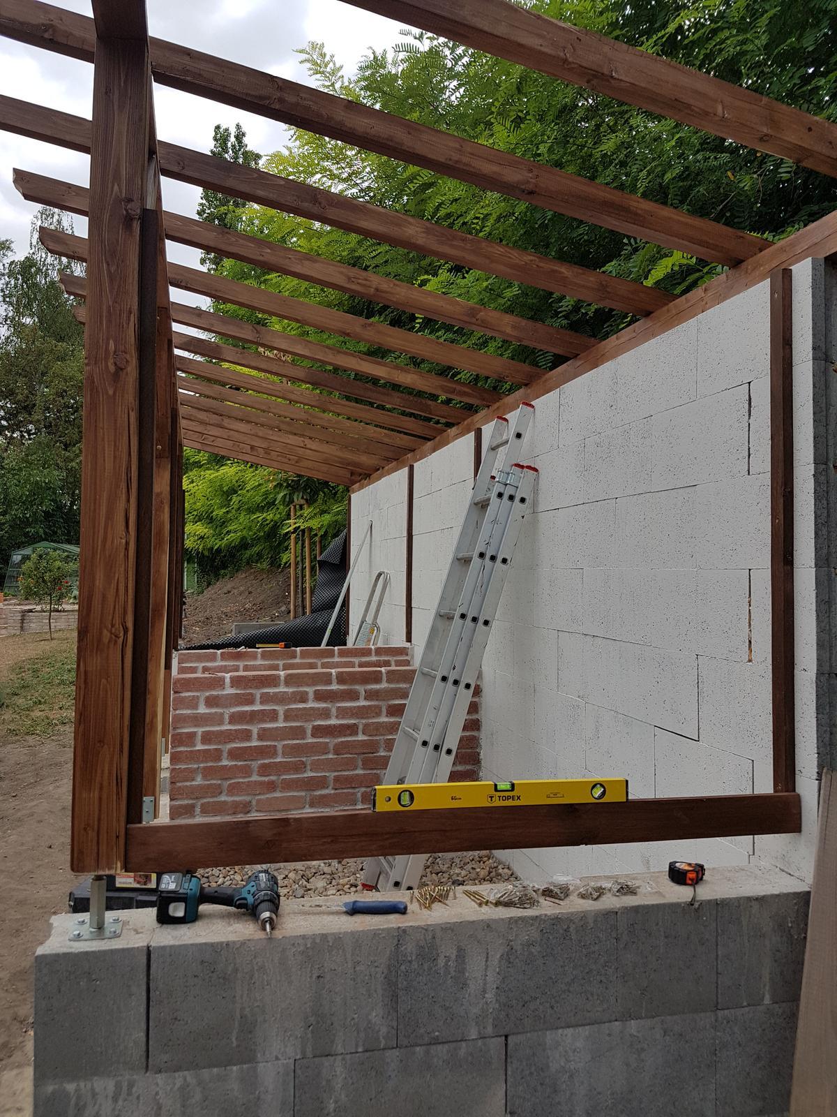 Drevník a kafé kútik - projekt roku  2018 - Prvá lať hotová, už iba 34