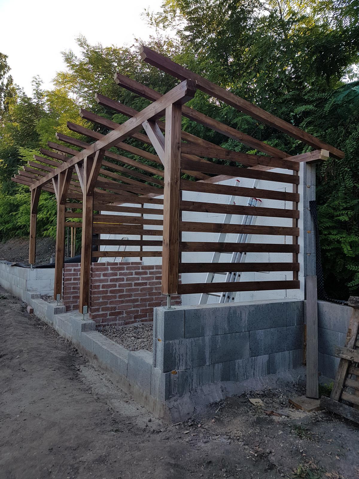 Drevník a kafé kútik - projekt roku  2018 - Po prvom dni. Zajtra pokračujeme.