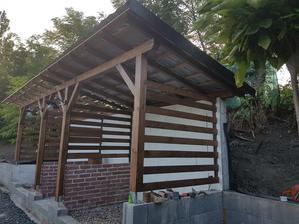 Oplechovanie a nahadzovanie strechy. Tak ako garažove stánie aj tu máme Satjam - čierny plech.