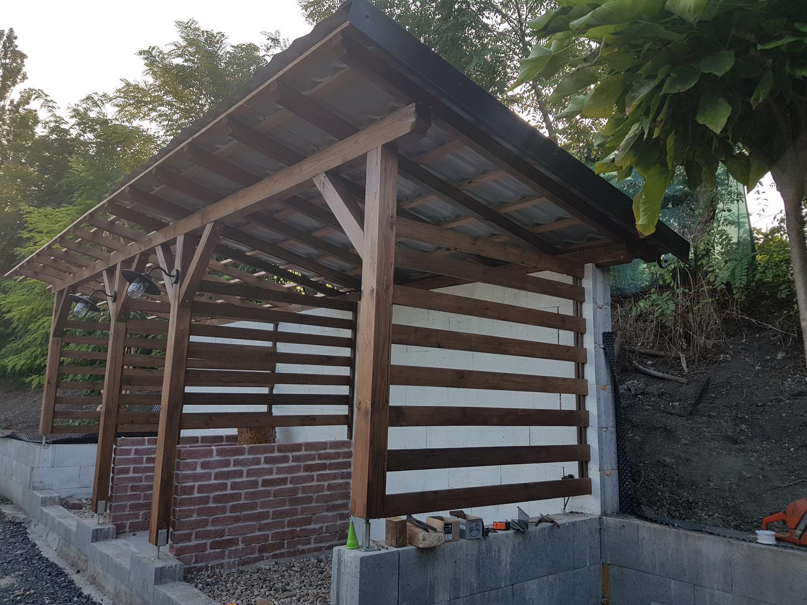 Drevník a kafé kútik - projekt roku  2018 - Oplechovanie a nahadzovanie strechy. Tak ako garažove stánie aj tu máme Satjam - čierny plech.