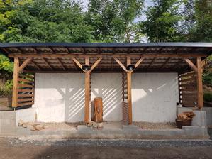 Keby náááhodou začalo pršať už sme v suchu. Síce máme strechu ale zatiaľ bez dreva. Ale aj to bude 😇