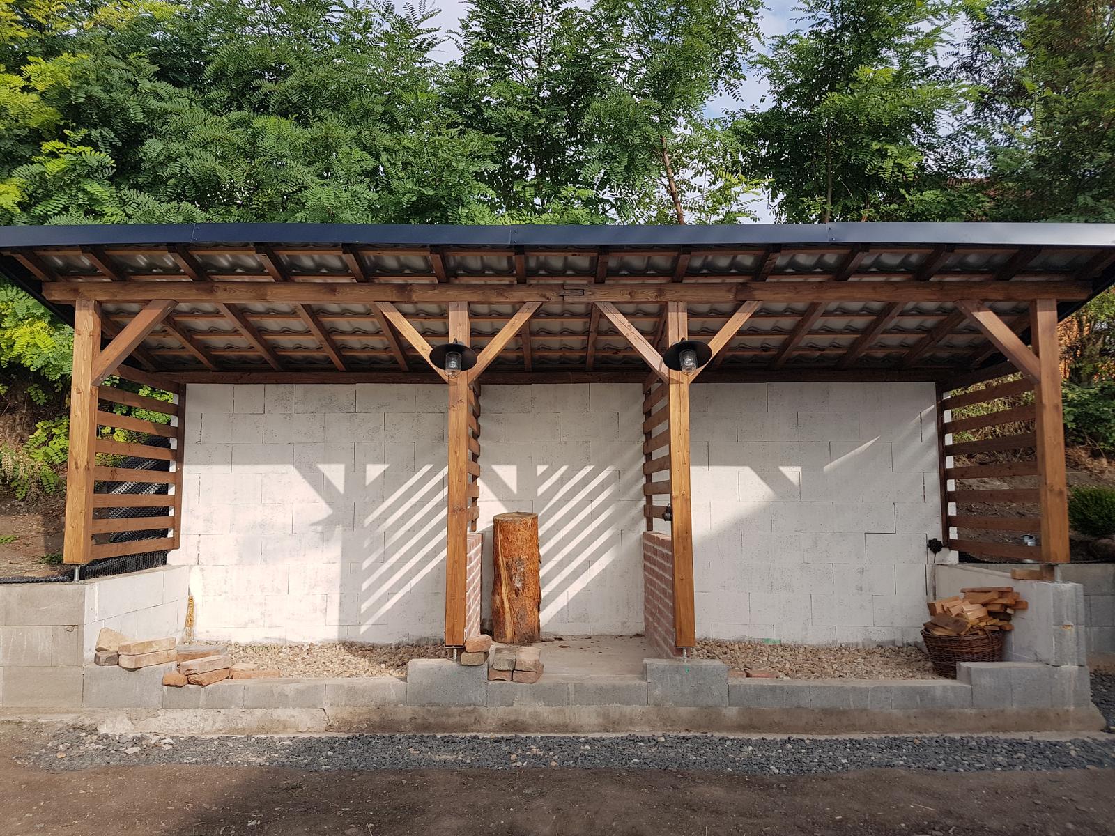 Drevník a kafé kútik - projekt roku  2018 - Keby náááhodou začalo pršať už sme v suchu. Síce máme strechu ale zatiaľ bez dreva. Ale aj to bude 😇