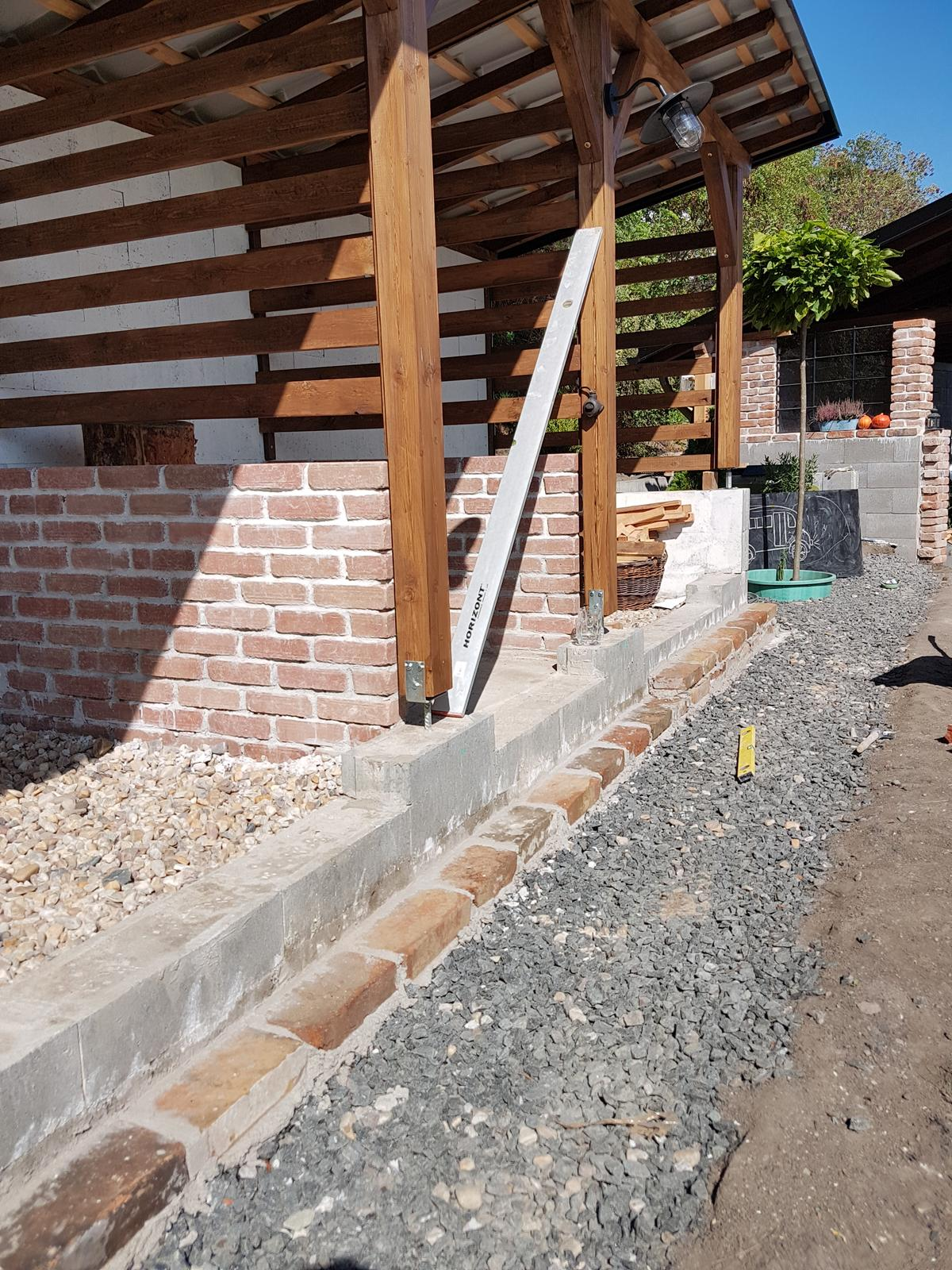 Drevník a kafé kútik - projekt roku  2018 - Začíname zakrývať stratené bednenie. Nepatríme k jeho vyznavačom takže kde to len ide je zakryté. Keby sme zadnú stenu nemali ako oporný múr tak tam nikdy nie je.
