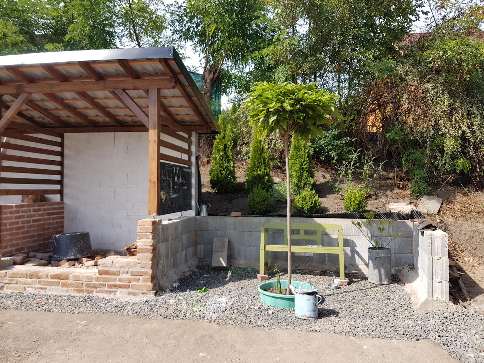 Drevník a kafé kútik - projekt roku  2018 - Zatiaľ hotovo, ešte mandloň na kmeni a pár trvaliek, kokosova rohož a kôra ale to postupne.