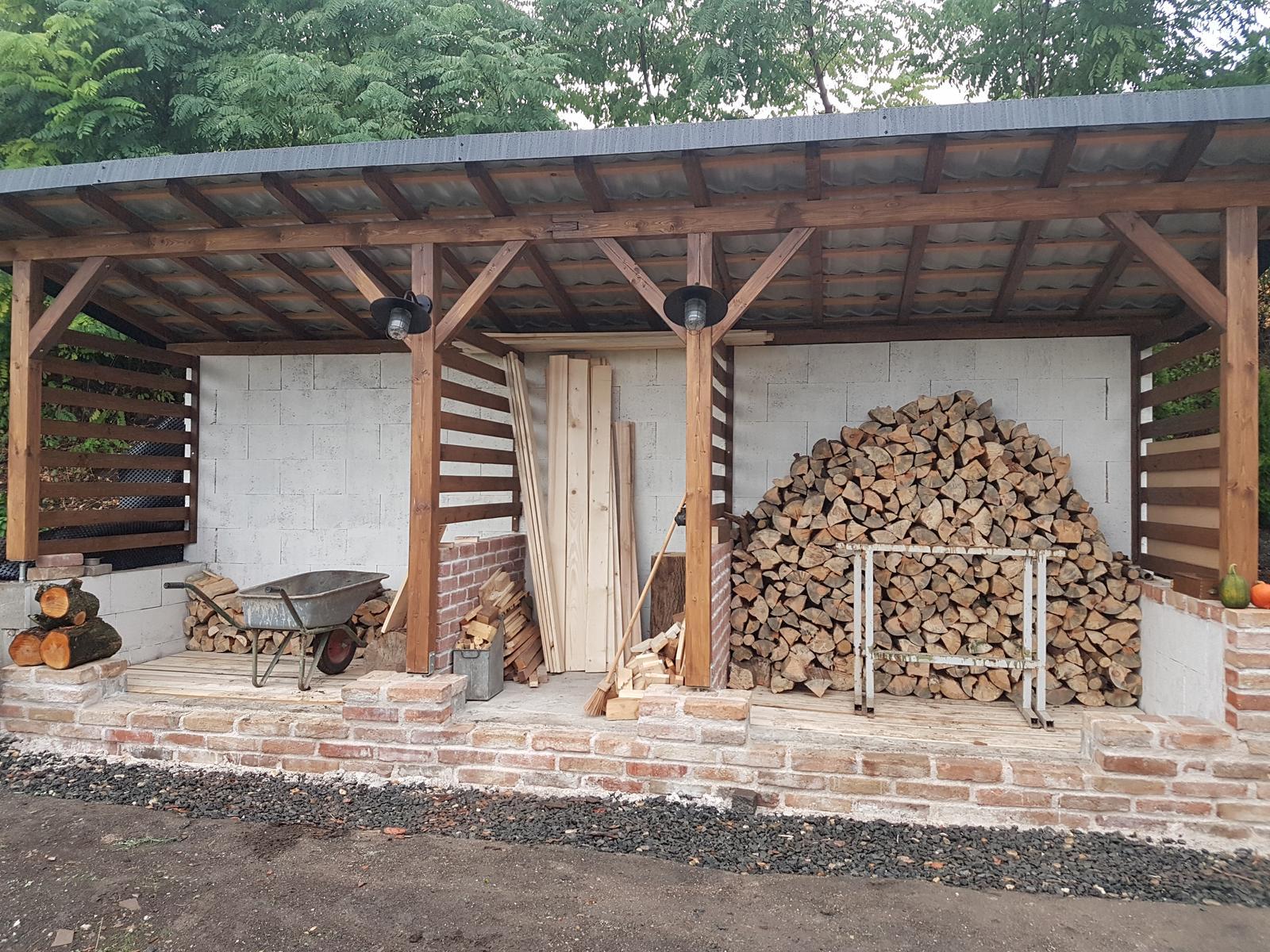 Drevník a kafé kútik - projekt roku  2018 - Začíname napĺňať