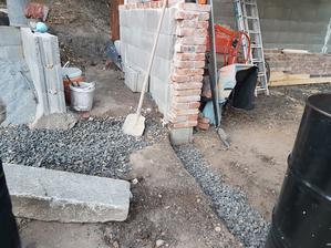Dostali sme materiál tak zas sa rozbiehame. Robime prechod na záhradu a schody za garážové stánie.