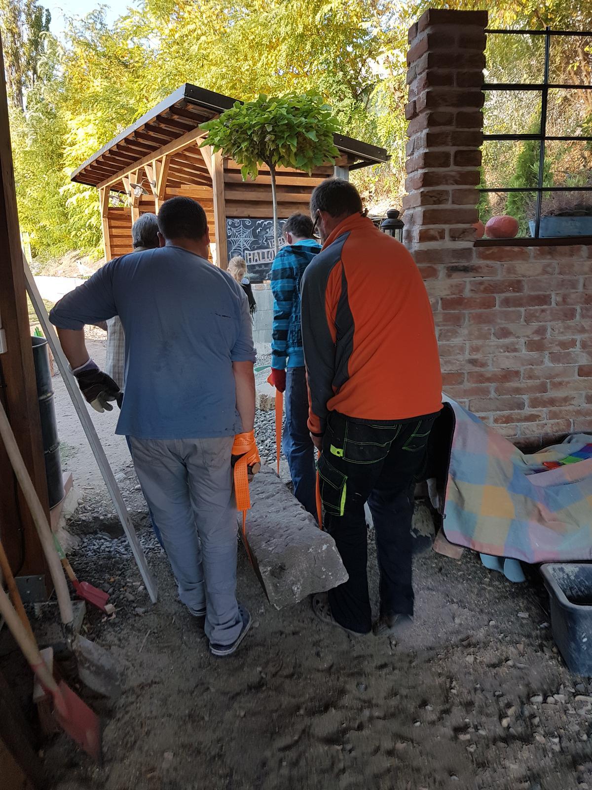 Drevník a kafé kútik - projekt roku  2018 - Štyria chlapi mali čo robiť aby ho odniesli. Žula je žula.