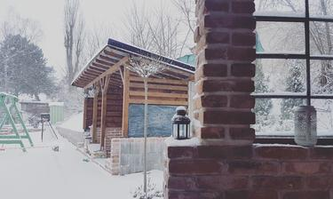 Zimná verzia drevníku.