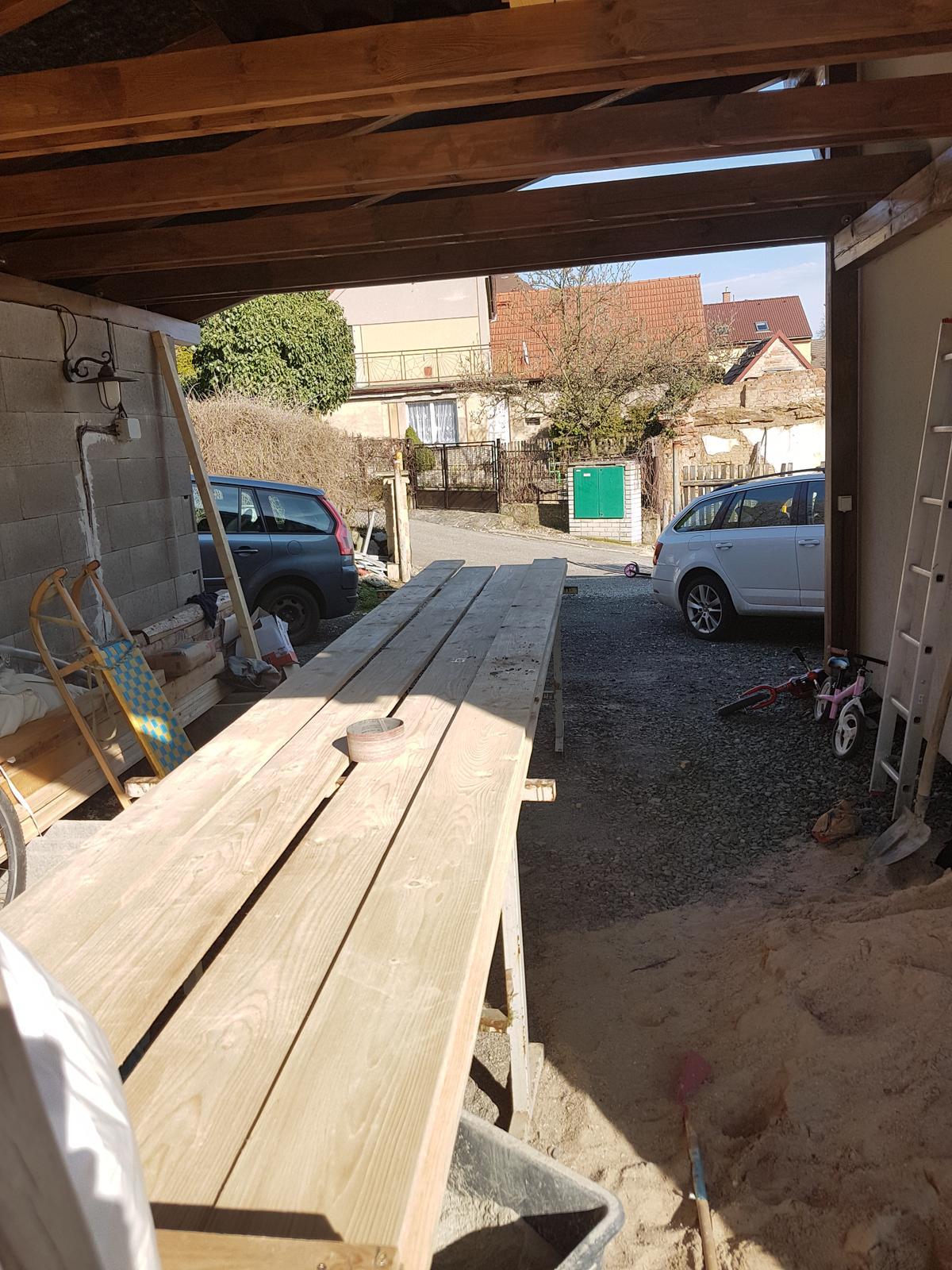 Garážové stánie - projekt r. 2017 - Dočkala som sa, mame drevo na štíty. Začínam farbiť.