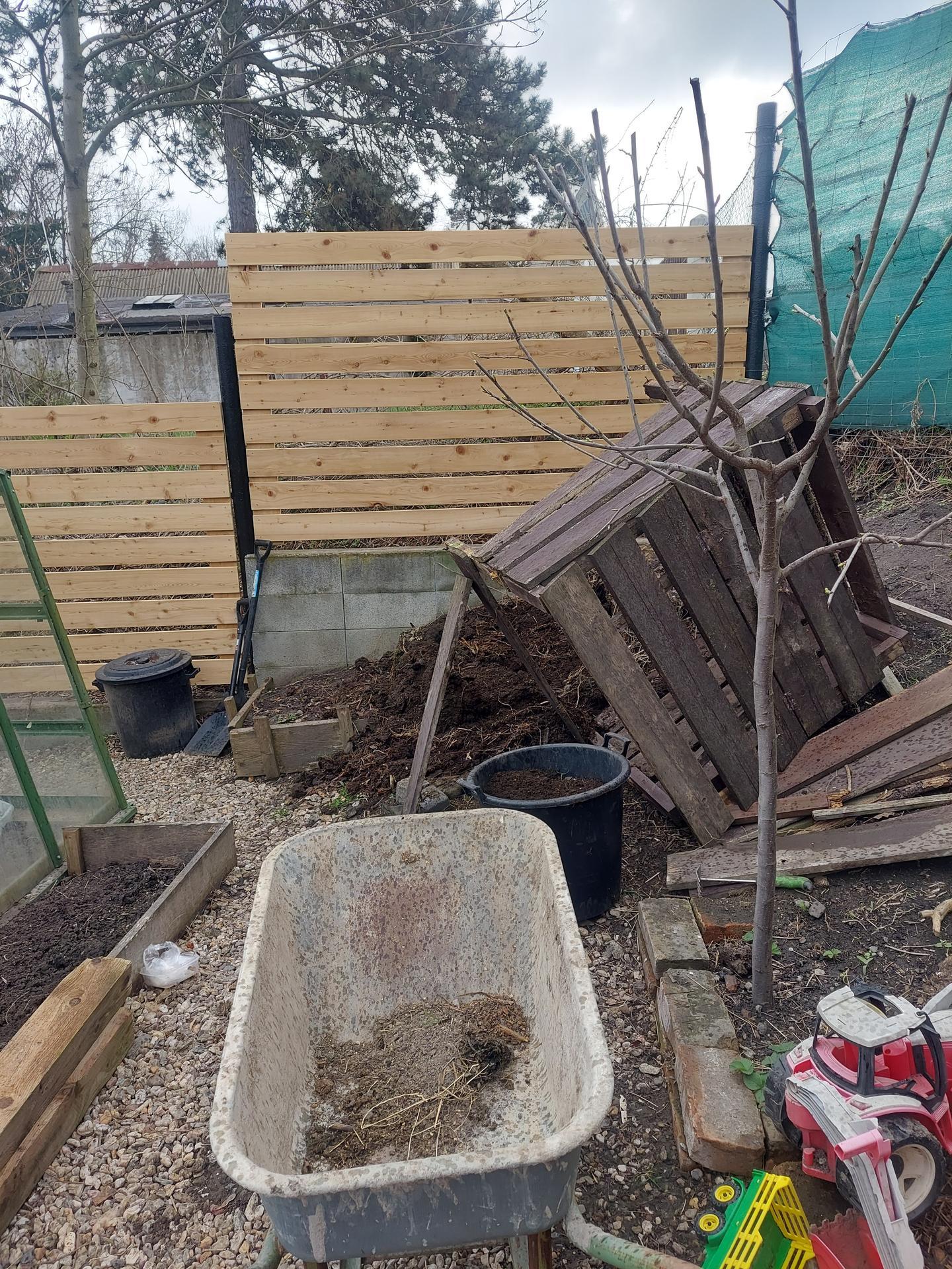 Rok 2021 Vybeh pre slepice - Likvidujem starý kompostér -veľa času mi to nezabralo. Rozpadol sa po 6.rokoch