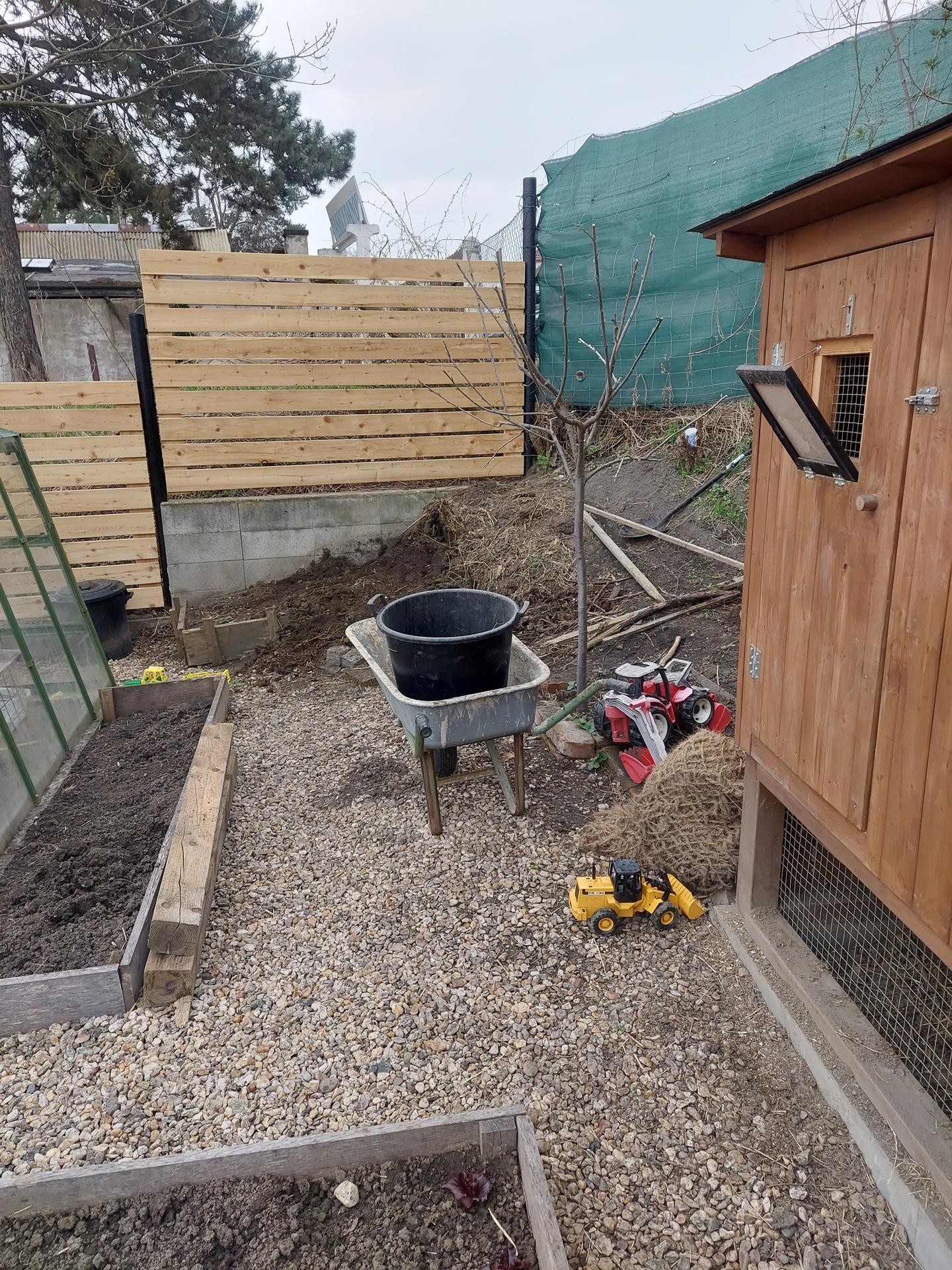 Rok 2021 Vybeh pre slepice - Odkopávam zeminu. Sme na navážke takže samé tehly a sklo.
