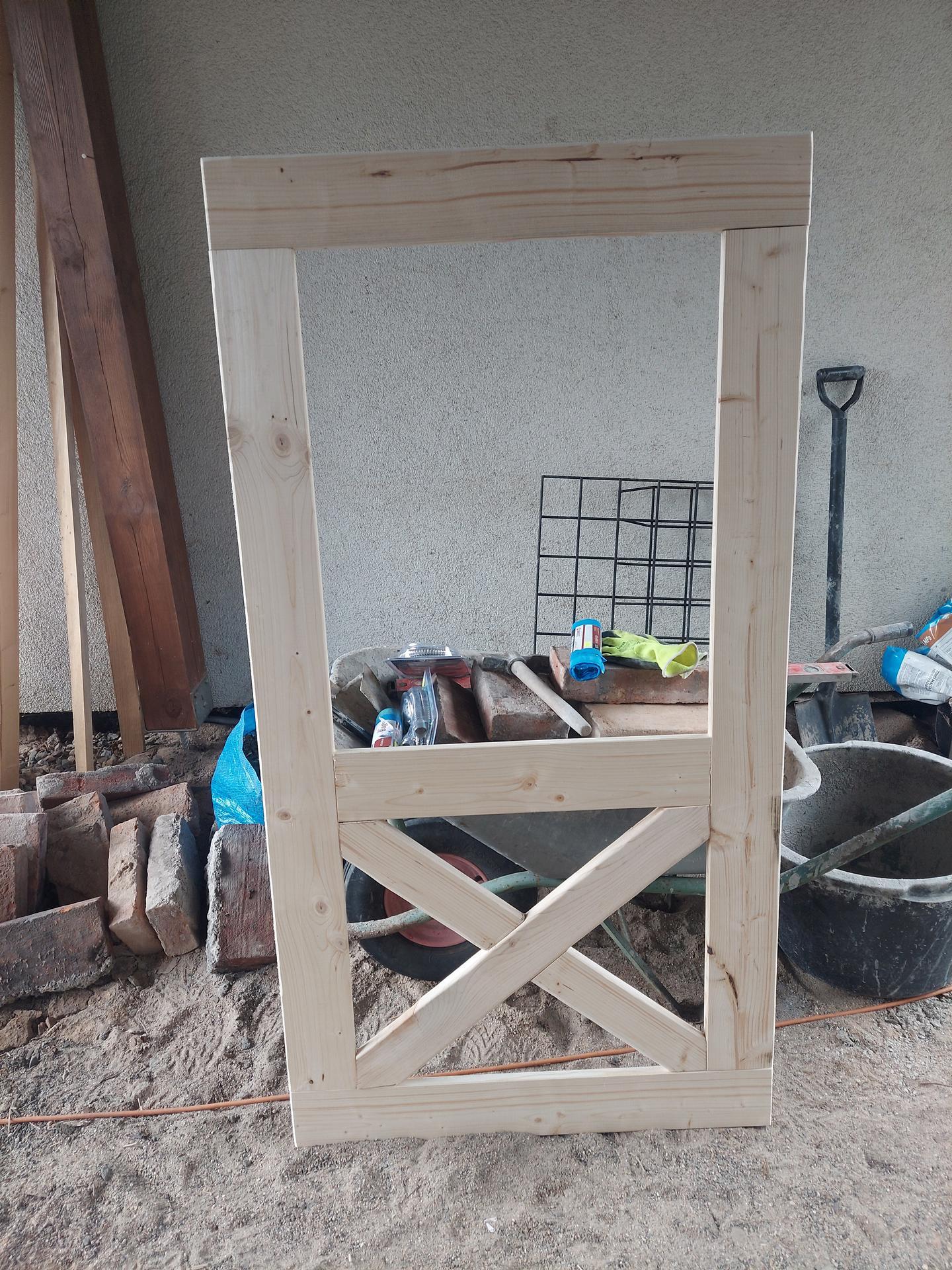Rok 2021 Vybeh pre slepice - Manžel vyrába dvere voliery.