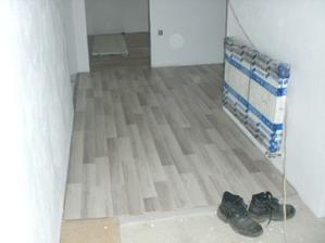 a podlaha na chodbě, stejná bude i v kuchyni a obyváku