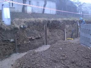 Při té přéležitosti jsme i skopali břeh vzadu na pozemku. A začali jsme stavět zeď z BDček. Zatím máme 4 šáry, ale bohužel ne na fotce.