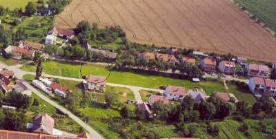 Letecký pohled na pozemek.