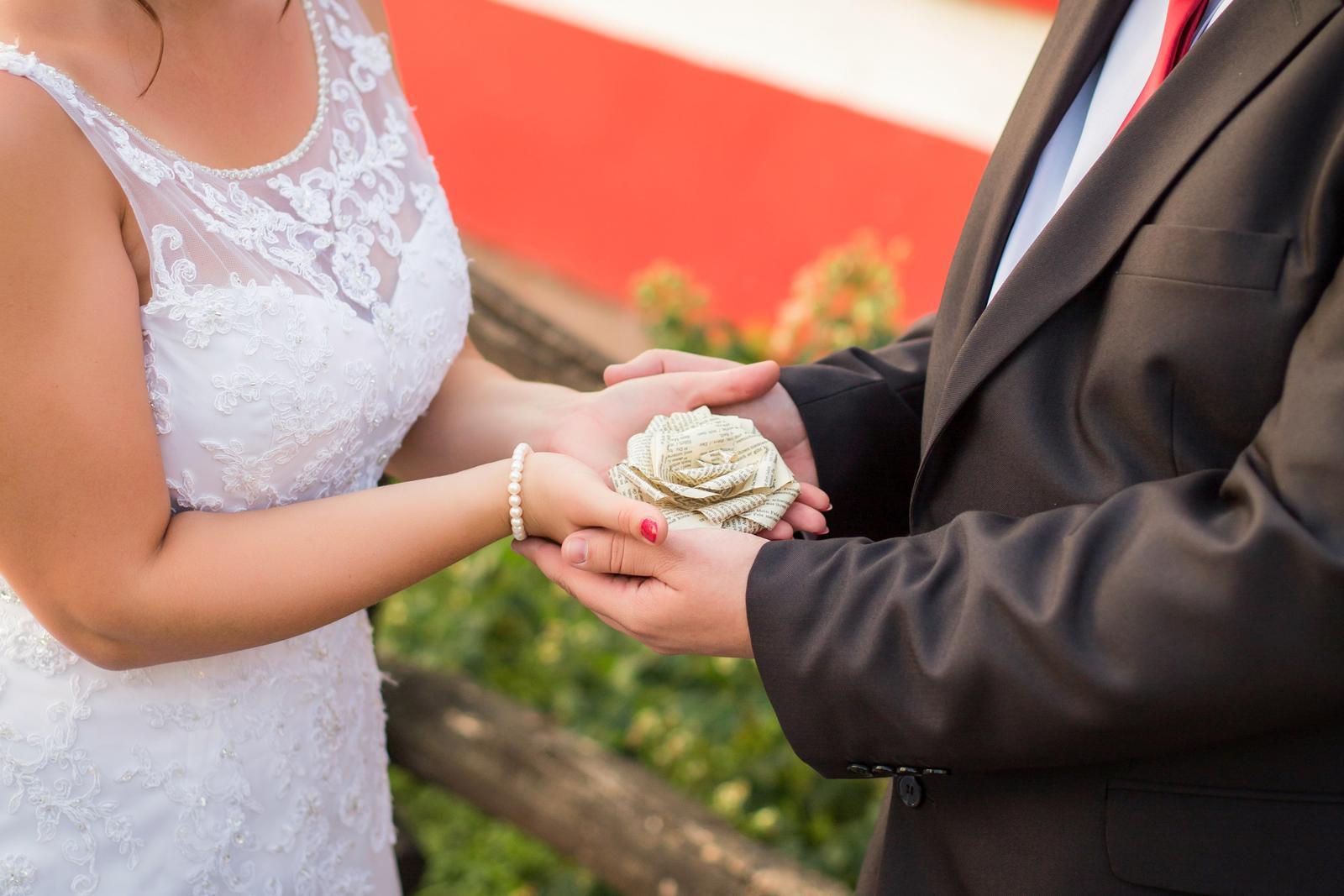 Janka{{_AND_}}Roman - knižná svadba - knižná ruža - dôležitá súčasť tematických dekorácií