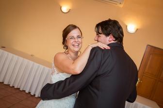"""prvý """"tanec"""" bol plný smiechu. nič iné nám nezostávalo. :)"""