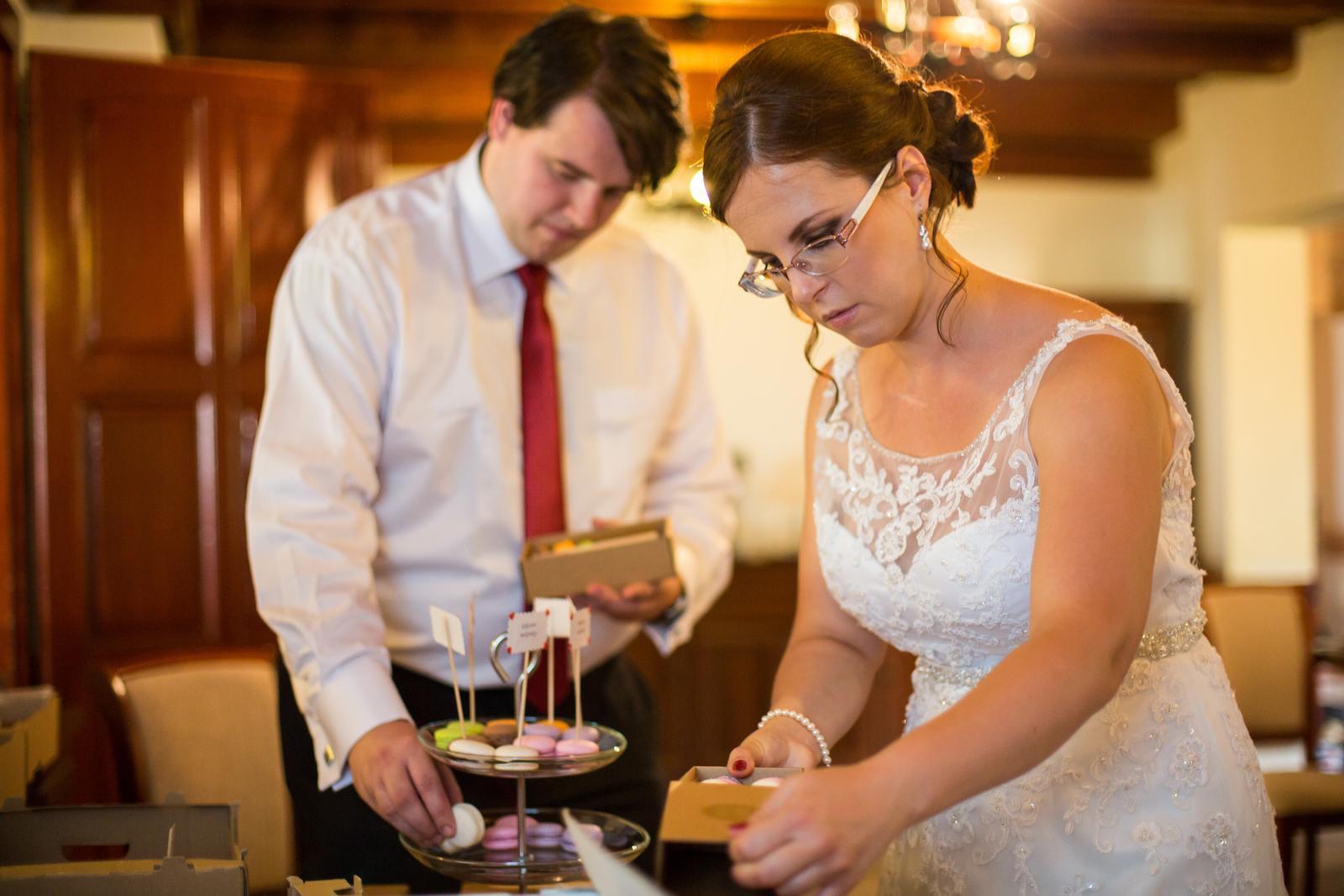 Janka{{_AND_}}Roman - knižná svadba - tesne pred obradom sme ešte v reštike chystali koláče