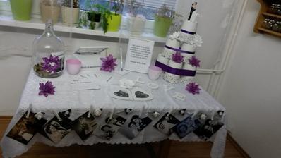 A toto by mal být hlavný dekoračný stol s tortou. Tortu ešte nenáme (bude čerstvá) takže namiesto torty som pre predstavu urobila niečo podobného z kochlíkov....