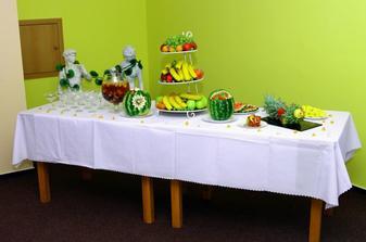 ovocný stôl, šalátiky, bowle, ovocie...tak som sa tešila na to a ani som nemala čas to ochutnať