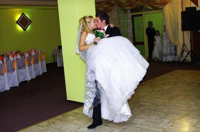 Maťka Mihalčíková{{_AND_}}Stanko Rehuš - a prenesenie nevesty cez prah, miláčik sa zapotil. šak moje šaty mali aspoň 10 kíl