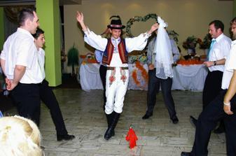 družbovský tanec...šikovní chlapci boli, veľmi veľmi. A veľmi súťaživí :))))