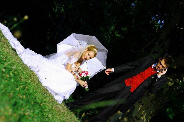 Umelecké foto zo svadby - no kde ste tak dlho? Miláčik telefonuje ešte aj na fotení