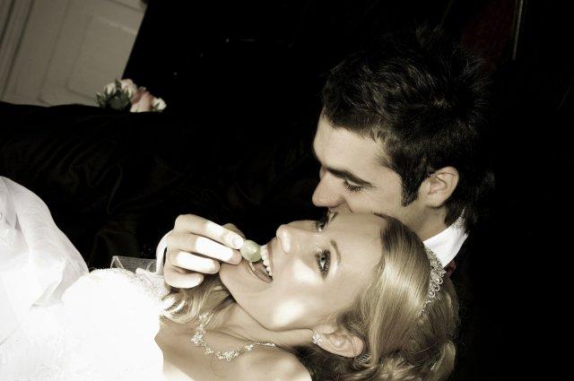 Umelecké foto zo svadby - mňam hrozienko, si ma miláčik kŕmil
