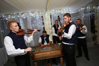 ...a na ľudovú nôtu, aby sme si zaspievali, ale aj zakrepčili, budú hrať perfektní mladí muzikanti z Krajnanskej muziky...
