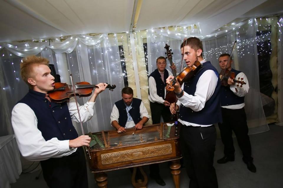 Bude svadba, svadbička :) - ...a na ľudovú nôtu, aby sme si zaspievali, ale aj zakrepčili, budú hrať perfektní mladí muzikanti z Krajnanskej muziky...
