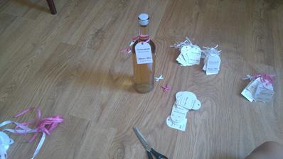 výroba visaciek na svadobné vínko :-)