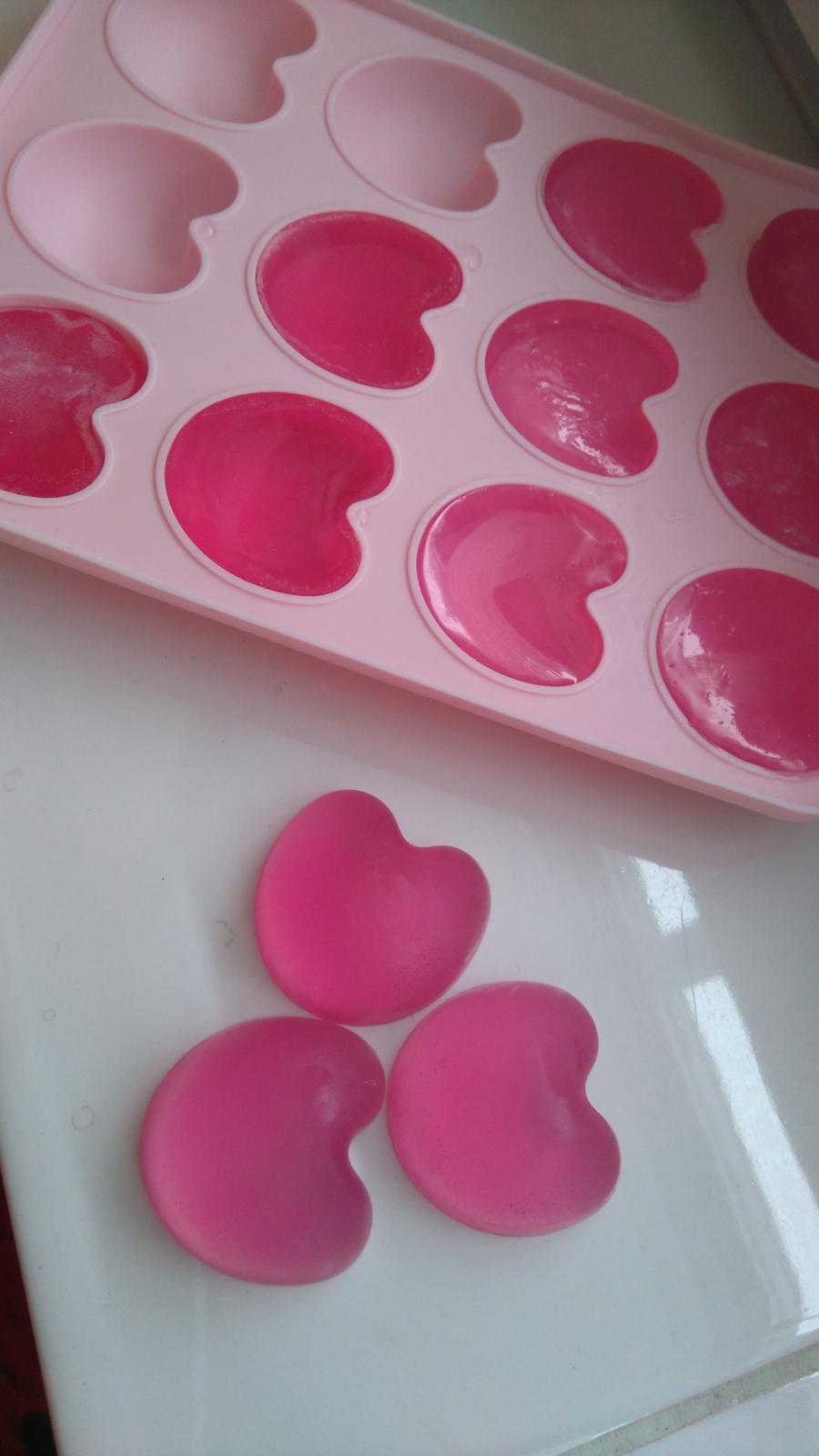 Bude svadba, svadbička :) - Mydielkujem :-) darček pre svadobčanov, ružové mydielko s jahodovou vôňou...balené budú po (asi) troch kusoch v celofáne alebo ak mi stihhnú prísť darčekové sáčky z aliexpress tak v nich :)