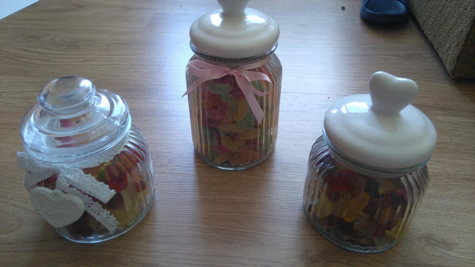 Bude svadba, svadbička :) - Naplnené dózy do sladkého kútika...kyslé žížaly, gumené koly a ovocie :-)