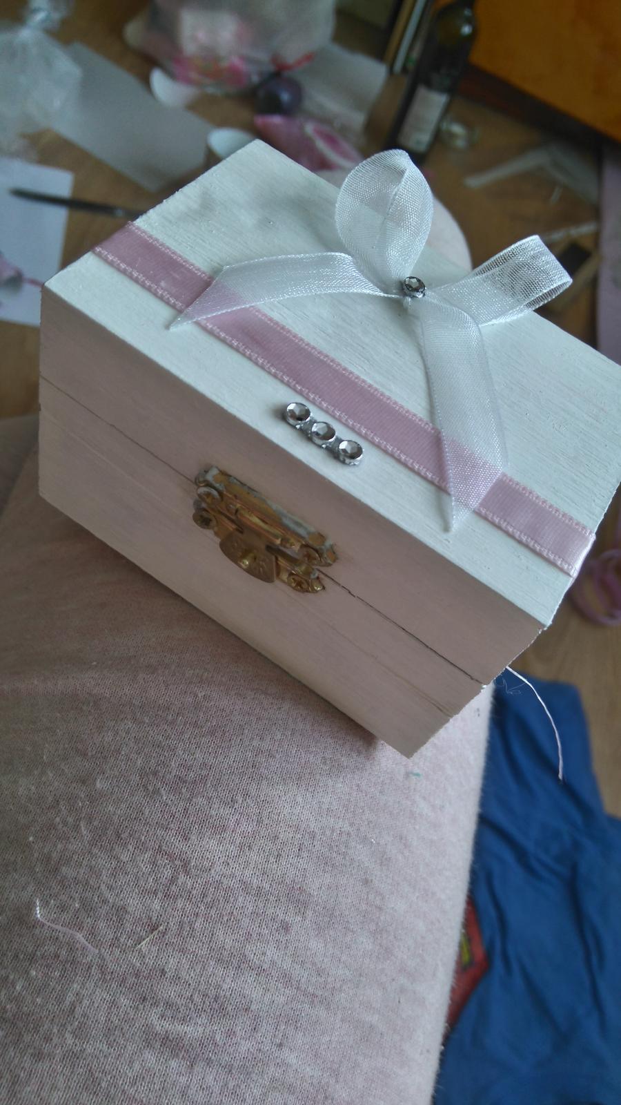 Bude svadba, svadbička :) - konečne som sa aj ku krabičke dostala a dokončila...a skúšam obrúčku a mne je strašne veľká..takže ešte pôjdem rýchlo dávať zmenšovať