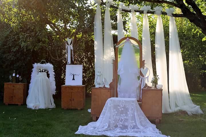 Naše predsvadobné rande fotenicko alebo ako sa svadba pripravuje - zátišie na na dvore u nevesty doma