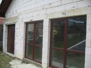 garazova brana z oknami...
