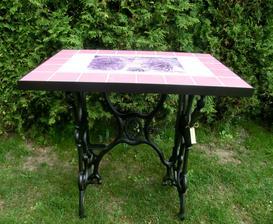 Dokončila jsem další stůl - růžová,bílá a lila.