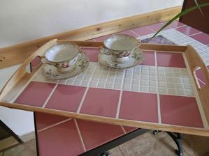 Podnos k růžovému stolu.