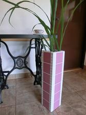 Váza - další doplněk k růžovému stolu.